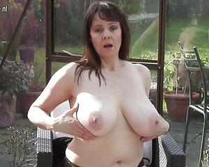 Amatör mormor med stora bröst och klitta hungrig svensk amatör anal